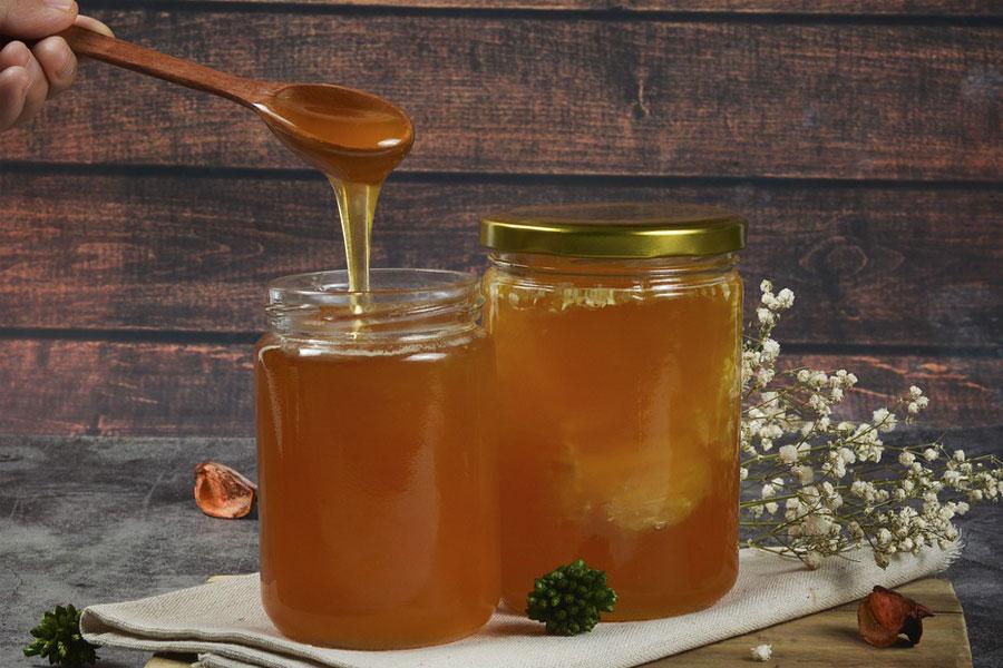 Mierea este un tratament mai bun pentru tuse și răceli decât antibioticele